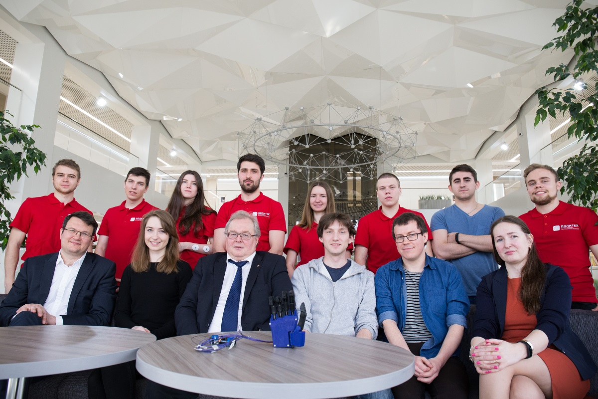 Студенты ИППТ запрограммировали алгоритмы нейроуправления биопротезом кисти руки