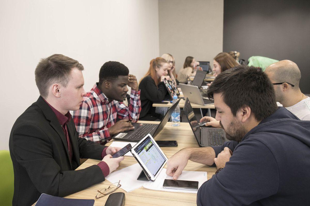 В ИППТ СПбПУ прошел финал университетской деловой игры по управлению цепями поставок на базе бизнес-симулятора The Fresh Connection