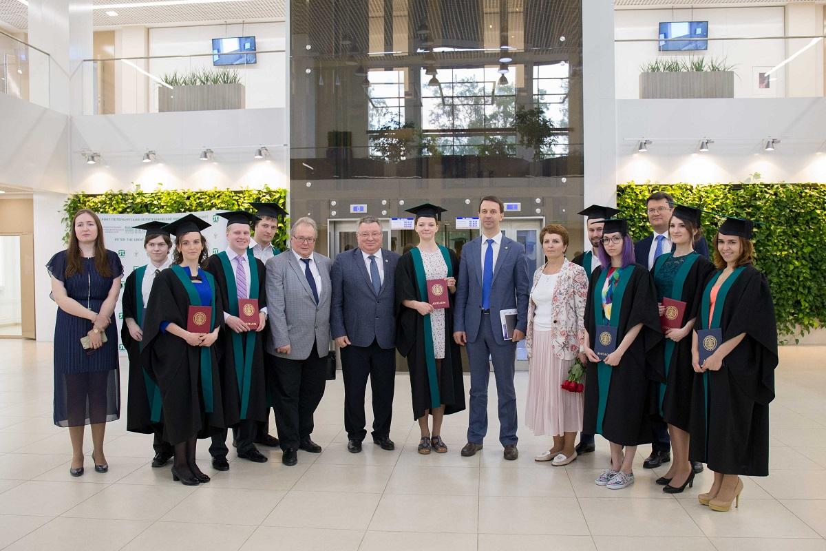 В ИППТ СПбПУ прошло вручение дипломов магистрам первого выпуска